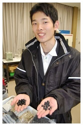 黒豆を持つ佐野さん