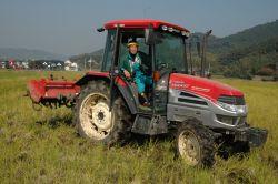 大型トラクターで田を耕す