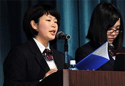 毎日地球未来賞の受賞記念講演をする青森県立名久井農業高校「TEAM FLORA PHOTONICS」の葛形さん(左)と佐々木さん
