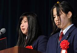 次世代応援賞の受賞記念講演をする広島県立油木高校「ミツバチプロジェクト」 の宮本さん(左)と村竹さん