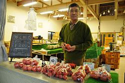 農園そばの無人販売所には県外からもお客が来る