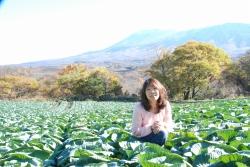 嬬恋のキャベツ畑。ちょんき嫁がいく 松本もとみさん(47)=群馬県嬬恋村