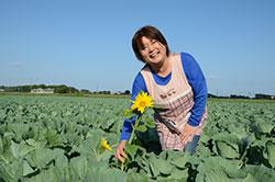 きゃべつ畑のひまわりに夢を託して 大脇 直美さん(47)=宮崎県高鍋町