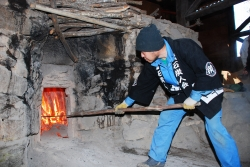 炭焼きを通して見るこの国の未来のかたち 鶴岡一生さん(43)=長野県上田市