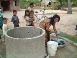 支援を受けカンボジアの住民が掘った井戸(JVC提供)
