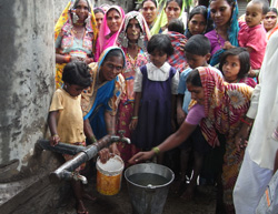 建設した井戸から水をくむ住民ら=インドで(クボタ提供)