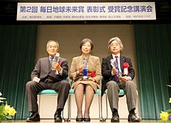 (左から)福留脩文さん、村上一枝さん、吉成信夫さん=大阪市北区のオーバルホールで2月19日、後藤由耶撮影