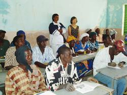 識字教室に参加し、真剣な表情で学ぶ村人たち=カラ提供