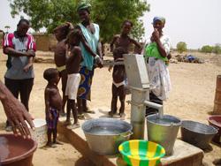 初めてできた井戸をさっそく利用する村人たち=カラ提供