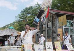 森と風のがっこうで、子どもたちに絵本の読み聞かせをする吉成信夫理事長=2012年9月、岩手子ども環境研究所提供