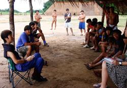 新たな事業の進め方を住民と話し合う南研子代表(左端)=①②③いずれもブラジルのシングー国立公園で、熱帯森林保護団体提供