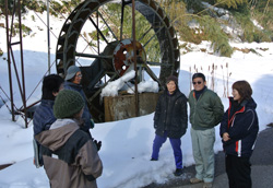 水力発電用の水車を前に打ち合わせをする土遊野のメンバー=富山市土で、青山郁子撮影
