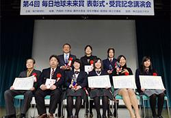 笑顔で記念撮影に応じる各賞の受賞者=毎日新聞大阪本社オーバルホールで2月8日