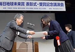 名久井農業高校の佐々木愛さんに賞状を手渡す河野俊史・毎日新聞大阪本社代表