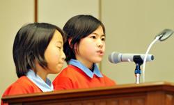 小学生部門・大賞を受賞し、発表す る愛知県半田市立亀崎小の児童たち