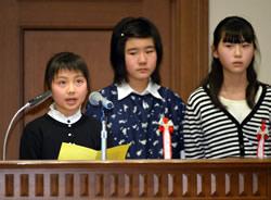 小学生部門・優秀賞を受賞し、発表 する愛知県高浜市立翼小の児童たち