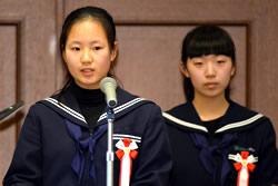 中学生部門・優秀賞を受賞し、発表 する徳島市津田中の生徒たち