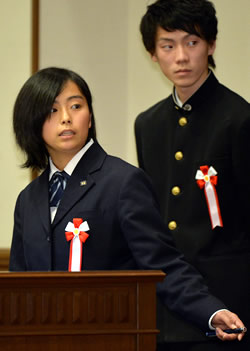 高校生部門・優秀賞を受賞し、発表 する高知県立須崎工業高の生徒たち