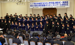 受賞者を前に合唱を披露する兵庫県 立長田高校音楽部と神戸聴覚特別支援学校の生徒たち