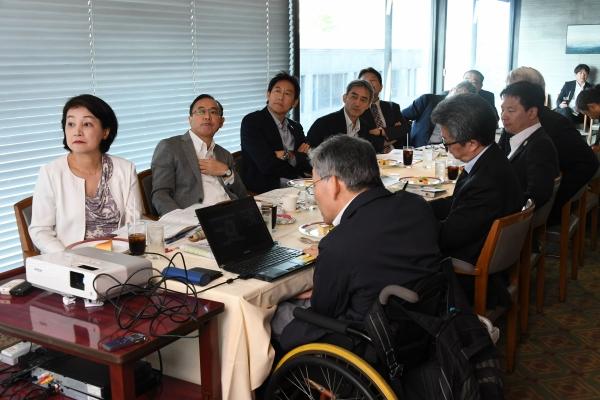 鈴木大地スポーツ庁長官(奥左から3人目)らが出席し開催された「毎日ユニバーサル委員会」座談会