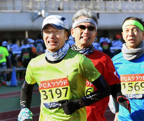 昨年2月、第67回別府大分毎日マラソンに出場し、ゴールを目指す山中氏=大分市営陸上競技場で
