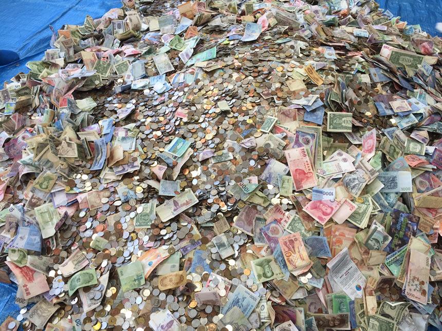 集まった各国のコインと紙幣