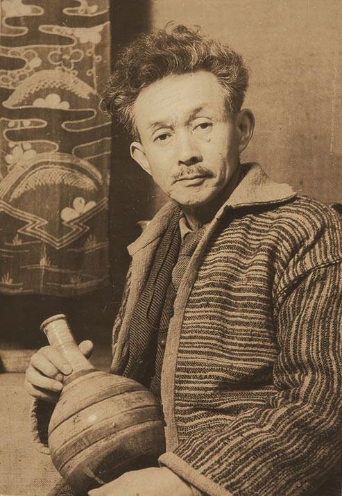 ホームスパンを着用する柳宗悦 日本民藝館にて 1948年 写真提供:日本民藝館